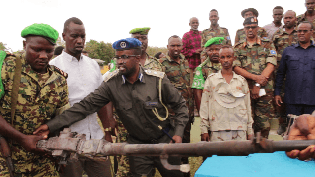 Hirshabelle Hands Over Recovered Weapons to AMISOM